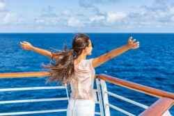 Frau auf einem Kreuzfahrtschiff