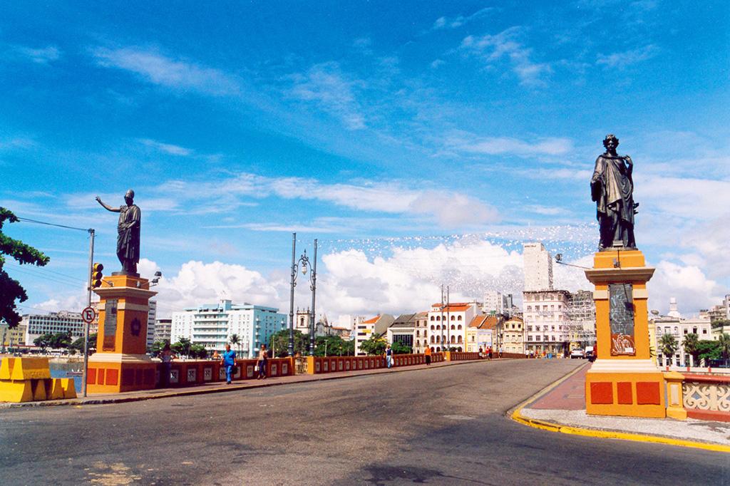Recife Straße mit Statuen