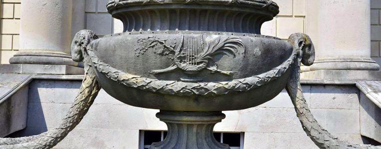Kunstvoll verzierte Urne mit dem Symbol der irischen Harfe und Widderköpfen