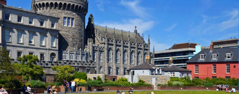 Blick über den Dublin Linn Garden auf den mächtigen Record Tower, einziges Überbleibsel der einstigen Normannburg