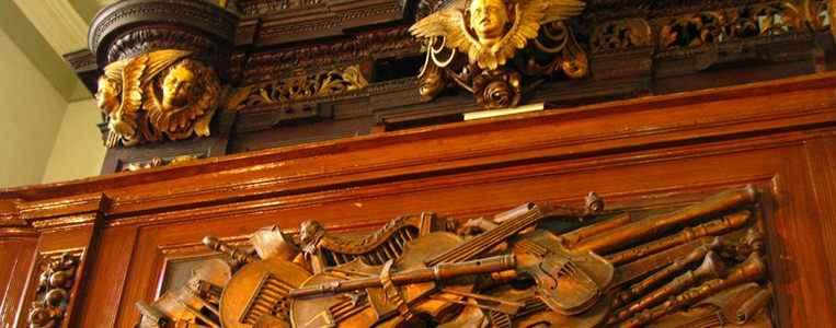 Kunstvolle Holzschnitzerei an der Orgel