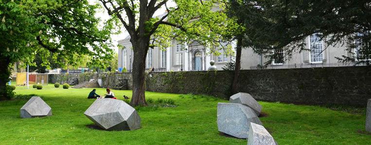Moderne Skulpturen auf dem Gelände um das frühere Pflegeheim
