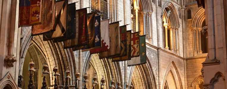 Banner und Helme der Ritter des St. Patrick Ordens