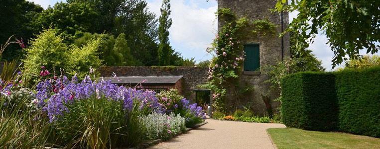 Der Bell Tower im botanischen Garten des Malahide Castle