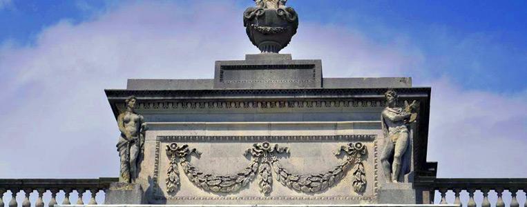 Die ornamentalen Urnen auf dem Dach kaschieren den Rauchabzug