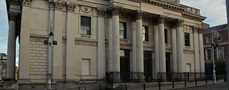 Ursprünglich beherbergte das neo-klassizistische Gebäude die Royal Exchange
