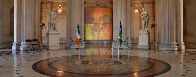 Das Mosaik in der Mitte des Bodens zeigt das Stadtwappen Dublins
