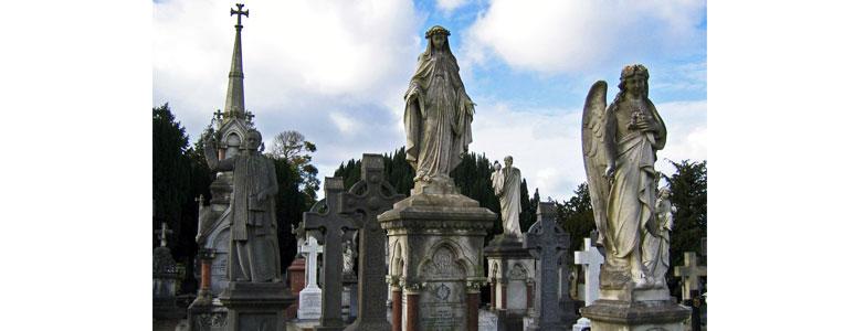 Zahlreiche Gräber sind mit engelsgleichen Abbildern der verstorbenen verziert