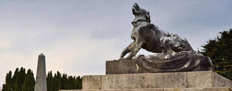 Auf dem Harvie Grab befindet sich ein Hund, der der Legende nach an der Küste gefunden wurde, an der sein Herrchen ertrank