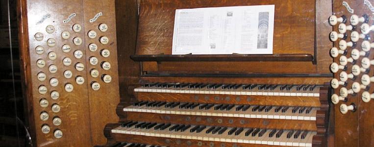 Die Orgel von 1902 hat 64 Register auf vier Manualen und Pedal
