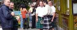 In den Pubs trifft man sich auch gerne im traditionellen irischen Outfit, dem Kilt