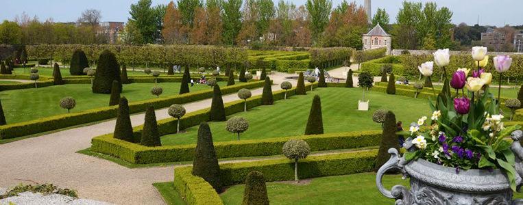 Der geometrische Barrockgarten lädt zu einem Spaziergang ein