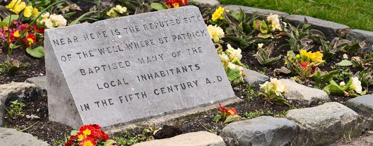 Unweit der Quelle an der St. Patrick zahlreiche Einheimische taufte
