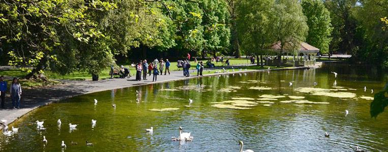 Der Große Teich im Zentrum des Parks mit angrenzendem Pavillon