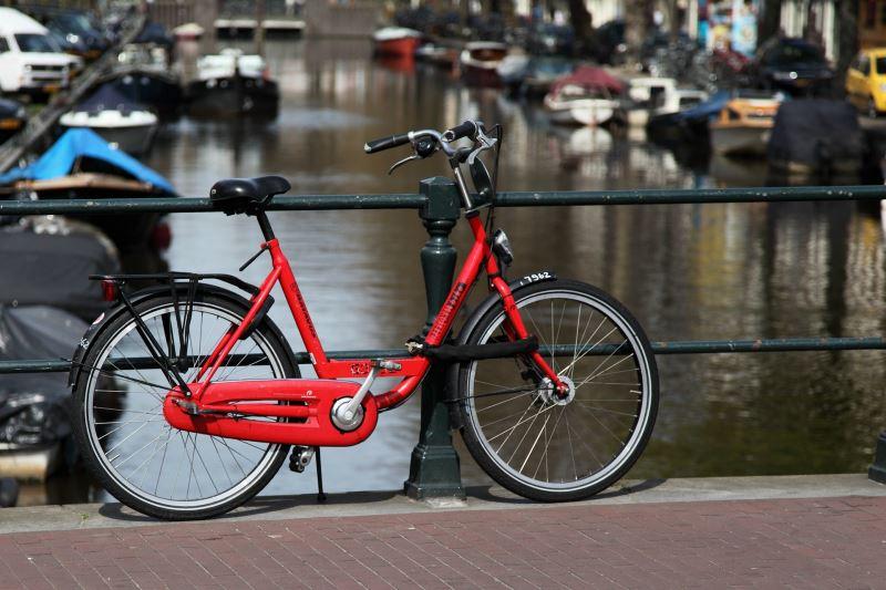 Die flachen Ebenen am IJsselmeer laden zum Fahrrad fahren ein