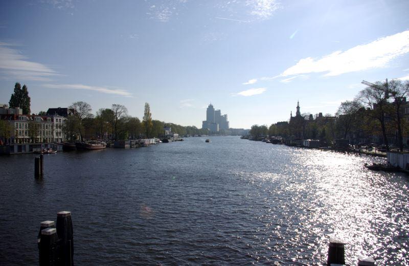 Blick von der neuen Amstelrücke (Nieuwe Amstelbrug) auf die Amstel in Amsterdam