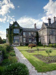 Ein irisches Herrenhaus vor blauem Himmel