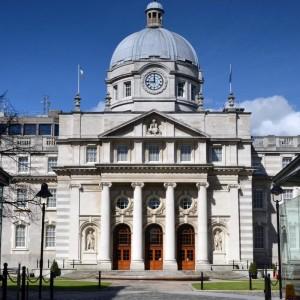 Government Buildings in Dublin, Sitz der Regierung: Für die zweite Hälfte der Legislaturperiode stellte Ministerpräsident Enda Kenny sein Kabinett um. In seinem überarbeiteten Regierungsprogramm legt er zudem künftig mehr Gewicht auf soziale Fragen.