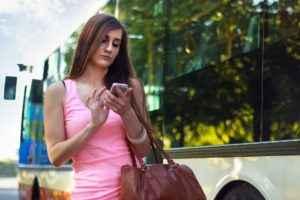 Frau schaut auf ihr Smartphone