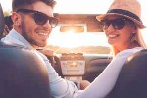 Junges Paar im Cabrio