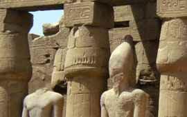 Luxor-Tempel erster Hof Statuen