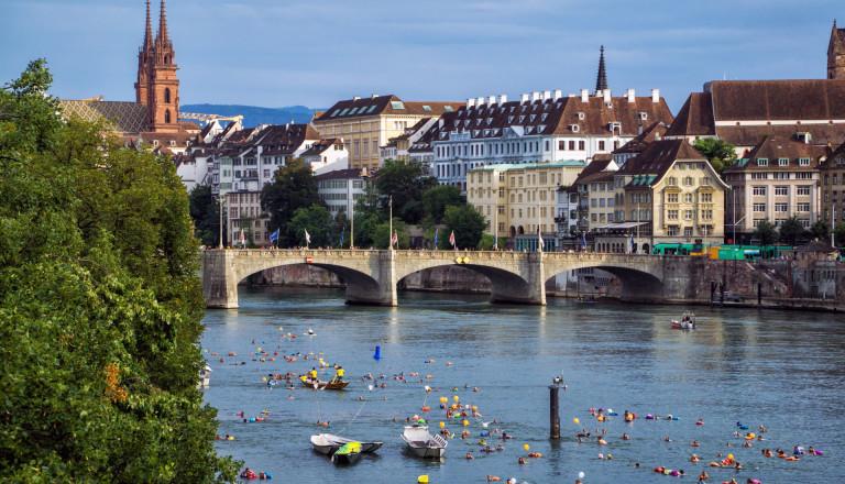 Basel während des Rheinschwimmens.