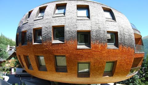 Die Chesa Futura - ein futuristisches Bauwerk mit exklusiven Appartements.