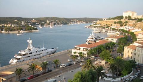 Der Hafen der Haupstadt Mahon von Menorca