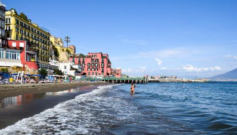 Wassersport und Badespaß gehen in Neapel Hand in Hand.