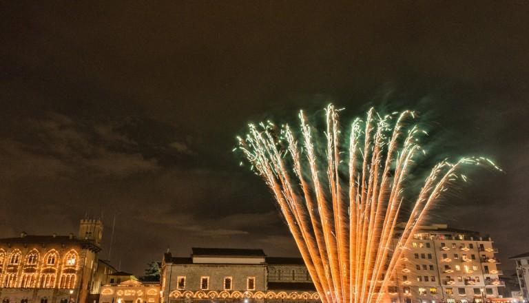 Feuerwerk während der Luminara in Pisa.