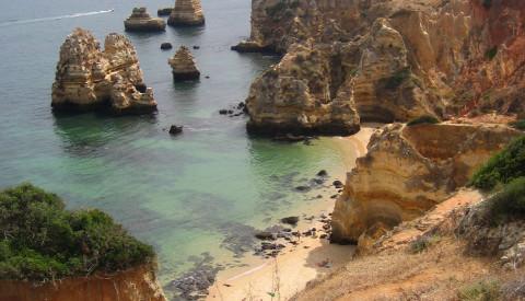 Sichern Sie sich die besten Strandplätze beim Frühbuchen z.B. bei Lagos. Portugal Reisen