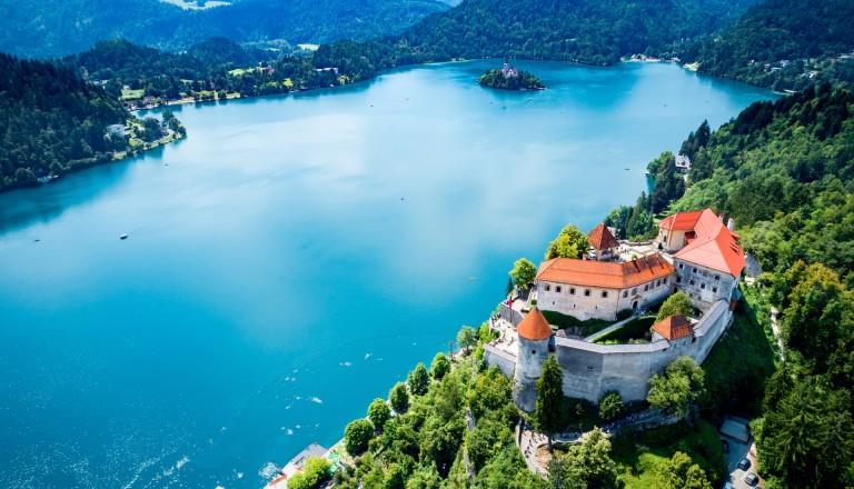 Die Burg am Bleder See in Slowenien