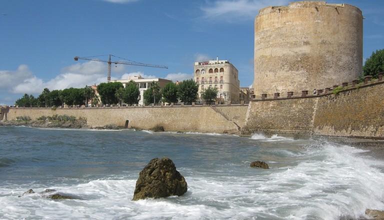 Die Hafenstadt Alghero auf Sardinien.