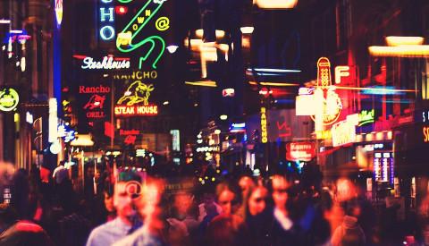 Eine Sehenswürdigkeit für sich ist Amsterdam bei Nacht.