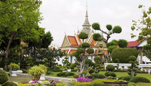Wat Arun ist ein Paradebeispiel asiatischer Gartenkunst.