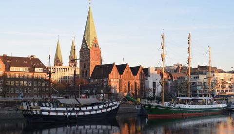 Bremens Promenade die Schlachte. Im Hintergrund der St.-Petri-Dom.