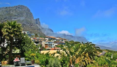 Camps Bay in Kapstadt. Hier lässt es sich leben, aber auch gut reisen!