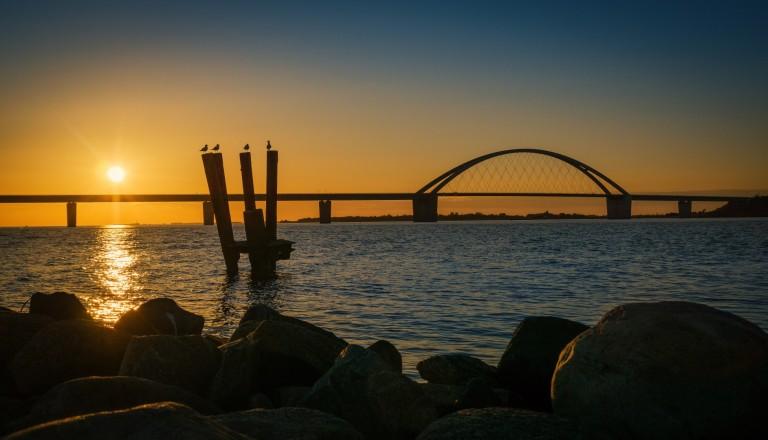 Die Fehmarnsundbrücke bei Sonnenuntergang.