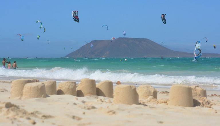 Die Wellen von La Pared auf Fuerteventura ziehen Surfer in ihren Bann.