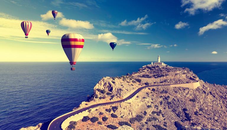 Heißluftballons am Cap Formentor