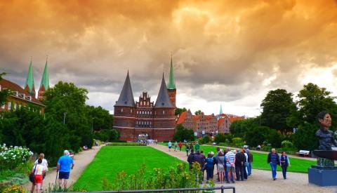 Das Holstener Tor ist ein Toristenmagnet in Lübeck