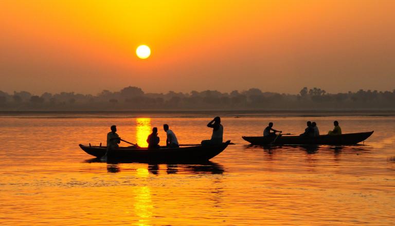 Bei einer Gangesbootsfahrt erwartet Sie das ursprüngliche Indien!