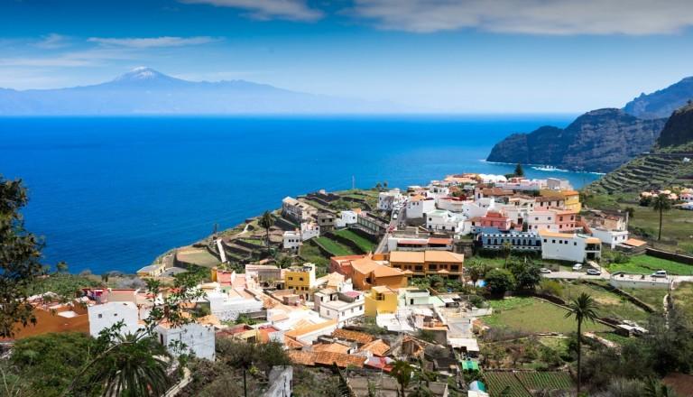 Das malerische Dorf Agulo mit Ausblick auf Teneriffa.