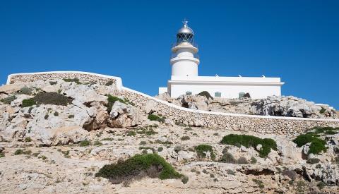 Die vielen Leuchtürme auf Menorca sind ebenfalls reizende Sehenswürdigkeiten.