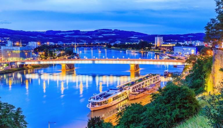 Die Nibelungenbrücke bei Nacht. Linz Städtereisen