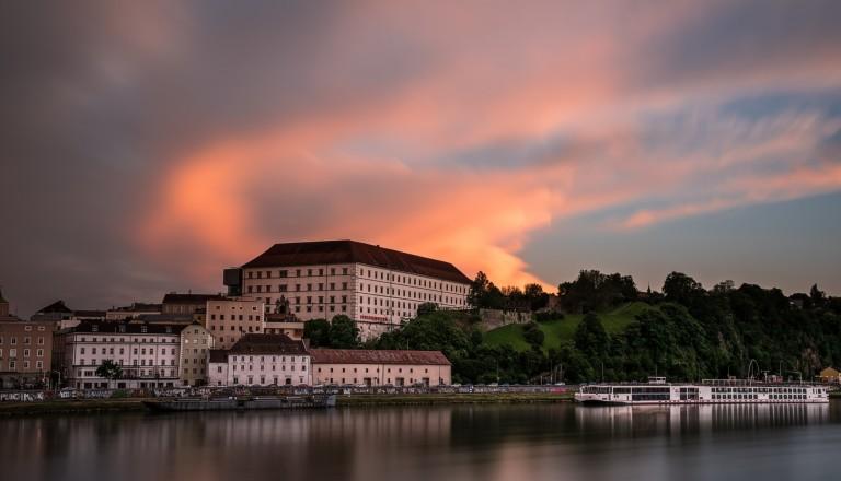 Das Linzer Schloss im Abendrot.
