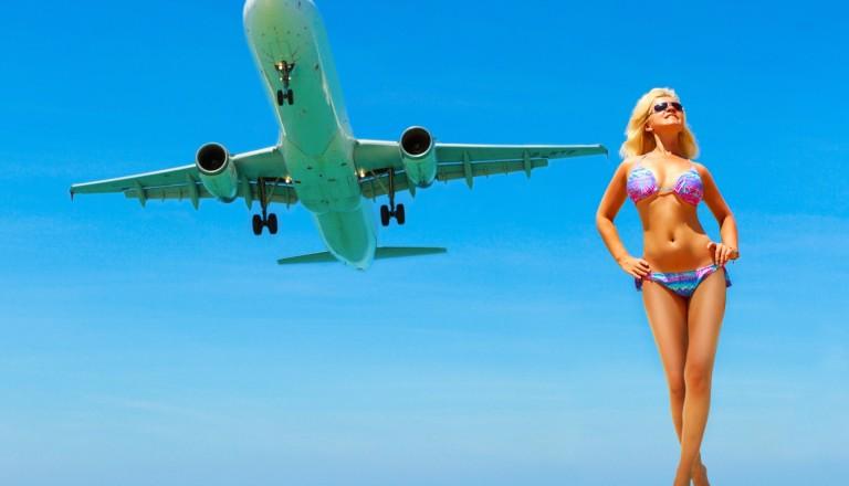 Frau posiert vor Flugzeug am Mai Khao Beach