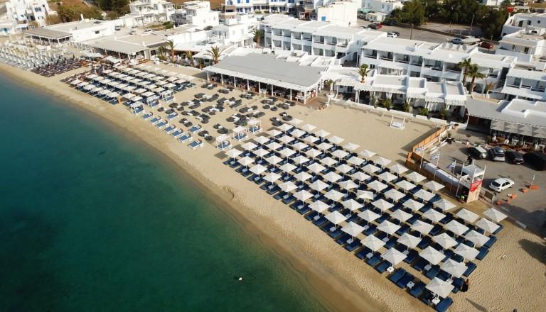Der Strand von Ornos auf Mykonos.