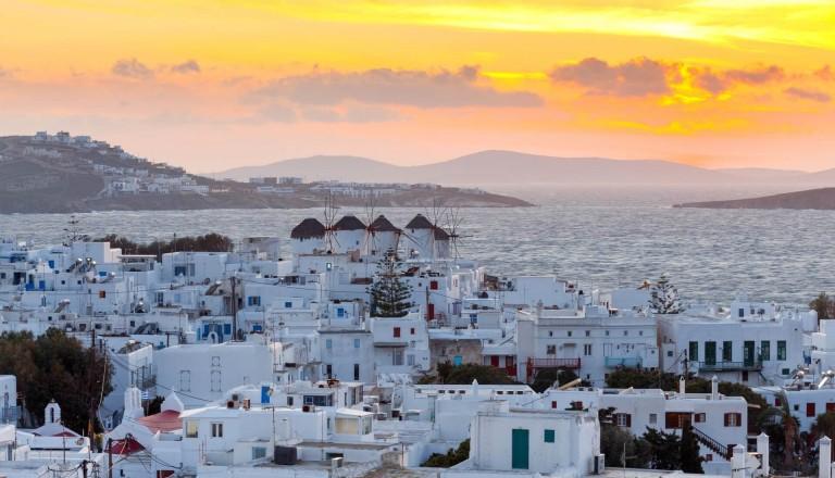 Mykonos Stadt bei Sonnenaufgang.