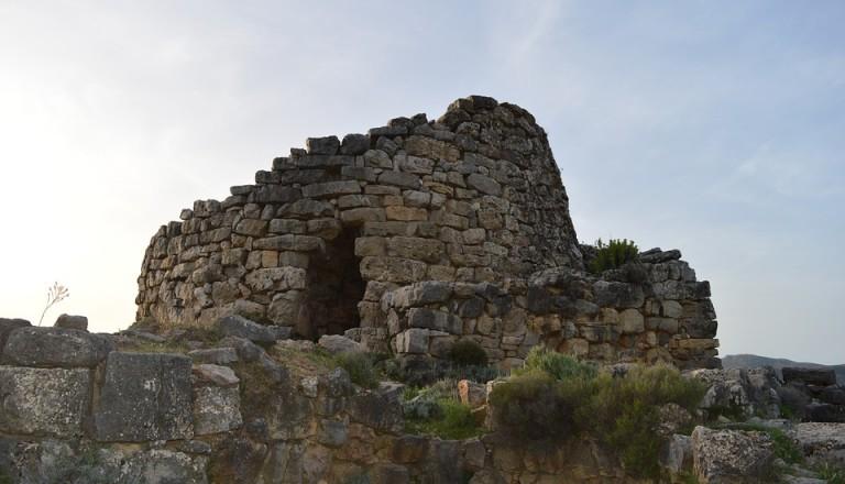 Die Burganlage Nuraghe Su Nuraxi auf Sardinien.